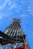 Hohe Mastmetallbautelekommunikation auf Turm mit blauem s Stockbilder