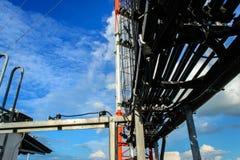 Hohe Mastmetallbautelekommunikation auf Turm mit blauem s lizenzfreie stockbilder