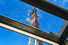 Hohe Mastmetallbautelekommunikation auf Turm mit blauem s stockfotos