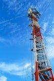 Hohe Mastmetallbautelekommunikation auf Turm mit blauem s lizenzfreie stockfotografie
