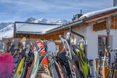 HOHE MUT ALM, OBERGURGL: O 20 de fevereiro, lotes da neve esquia no restaurante Foto de Stock Royalty Free