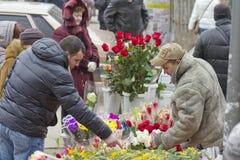 Hohe Nachfrage für Blumen in Zusammenhang mit dem Tag der internationalen Frauen auf den Straßen Stockfotos