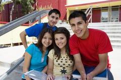 Hohe Schüler auf Schulschritten Lizenzfreie Stockbilder
