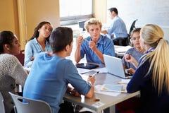 Hohe Schüler in der Klasse unter Verwendung der Laptops stockfotos