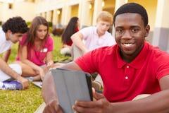 Hohe Schüler, die draußen auf dem Campus studieren Stockfoto