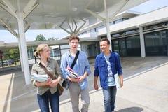 Hohe Schüler vor Schulcampus lizenzfreie stockfotografie