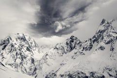 Hohe Schwarzweiss-Bergspitzen umfasst mit Eis Stockfotos