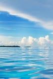 hohe See, die in Richtung der tropischen Inseln blickt Stockfotos