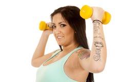 Hohe Seite der blauen Gewichte der Eignung der schwangeren Frau Flex Stockfoto