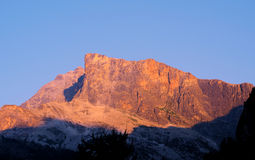 Hohe Spitze bei Sonnenuntergang stockbild