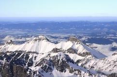 Hohe Spitzen von schneebedeckten Tatry-Bergen lizenzfreie stockbilder