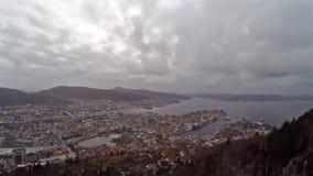 Hohe Spitzenpanoramaansicht über Stadt Bergen in Norwegen stock footage