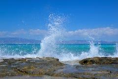 Hohe spritzende Wellen, die auf einem Stein, Chrissi Island, Griechenland brechen stockfoto