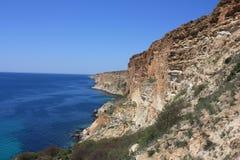Hohe steile Küste des Meeres stockfotos