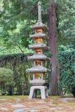 Hohe Steinlaterne am japanischen Garten Lizenzfreie Stockfotos