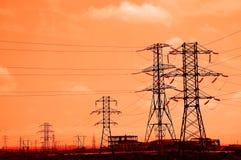 Hohe Stromleitungen während des Sonnenuntergangs Lizenzfreies Stockfoto