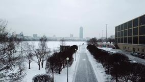 Hohe Stufe des Schnees und Schnee stürmt WinterWettervorhersage-Alarmtag in der Stadt Draufsicht der Spur im Park City stock video