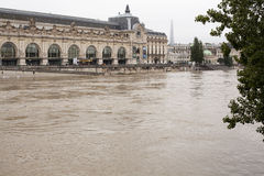 Hohe Stufe des Wassers in der Seine lizenzfreie stockfotografie
