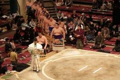 Hohe Sumoringkämpfer, welche die Arena betreten stockfotografie