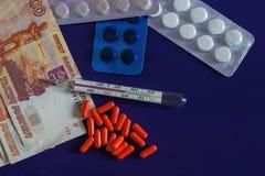 Hohe Temperatur, gegen russische Rubel, teure Medizin stockfoto