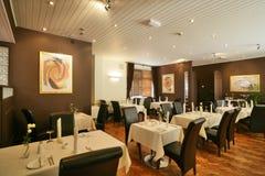 Hohe unterstützte braune Stühle in einer Gaststätte stockfotos