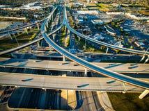 Hohe von der Luftansicht über Texas-Landstraßen-Austausch-Überführungs-Verkehrs-Transport-Zersiedelung Stockbilder