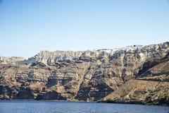 Hohe vulkanische Klippe in Santorini-Insel Lizenzfreie Stockfotos