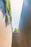 Hohe Wand einer verlassenen und getrockneten Wasserstraße Stockbilder