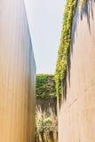 Hohe Wand einer verlassenen und getrockneten Wasserstraße Lizenzfreies Stockbild
