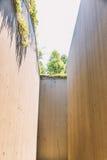 Hohe Wand einer verlassenen und getrockneten Wasserstraße Lizenzfreie Stockbilder