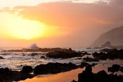 Hohe Welle, die auf den Felsen bricht stockbilder