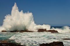 Hohe Welle, die auf den Felsen bricht lizenzfreies stockbild