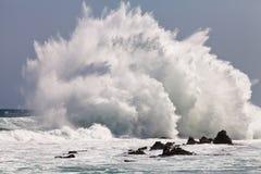 Hohe Welle, die auf den Felsen bricht Lizenzfreies Stockfoto