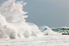 Hohe Welle, die auf den Felsen bricht stockbild