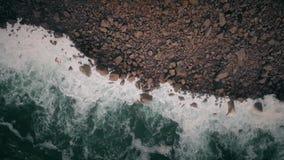 Hohe Wellen im Ozean Schattenbild des kauernden Geschäftsmannes stock video footage