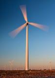 Hohe Windkraftanlage mit Bewegungszittern Stockbilder