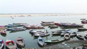 Hohe Winkelsicht über verankerte Boote in der Bucht vom Ganges in Varanasi stock video