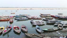 Hohe Winkelsicht über verankerte Boote in der Bucht vom Ganges in Varanasi stock footage