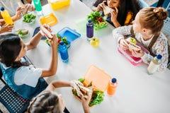 hohe Winkelsicht der Gruppe Schulmädchen, die in der Schule Cafeteria des Mittagessens nehmen stockfotografie