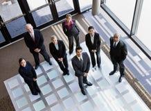 Hohe Winkelsicht der multiethnischen Mitarbeiter Lizenzfreie Stockfotos