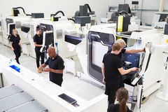 Hohe Winkelsicht der Technik-Werkstatt mit CNC-Maschinen Lizenzfreies Stockbild