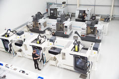 Hohe Winkelsicht der Technik-Werkstatt mit CNC-Maschinen Stockbilder