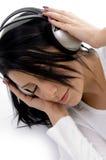 Hohe Winkelsicht der tragenden Kopfhörer der Frau Stockfotos