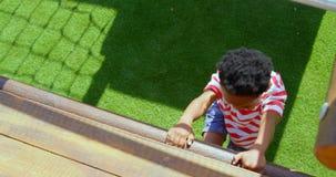 Hohe Winkelsicht des Afroamerikanerschülers spielend im Schulspielplatz an einem sonnigen Tag 4k stock video footage