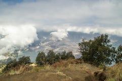 Hohe Winkelsicht des dämpfenden Kraters und des Sees des Bergs Rinjani, Lo Lizenzfreies Stockbild