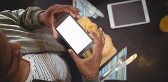 Hohe Winkelsicht des fotografierenden Fastfoods des Mannes am Café Stockbild