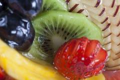 Hohe Winkelsicht des Fruchttörtchens in einer Platte Stockfoto