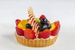Hohe Winkelsicht des Fruchttörtchens in einer Platte Stockbild