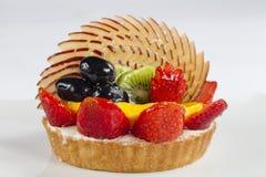 Hohe Winkelsicht des Fruchttörtchens in einer Platte Lizenzfreies Stockfoto