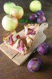 Hohe Winkelsicht des Fruchttörtchens in einer Platte Lizenzfreies Stockbild